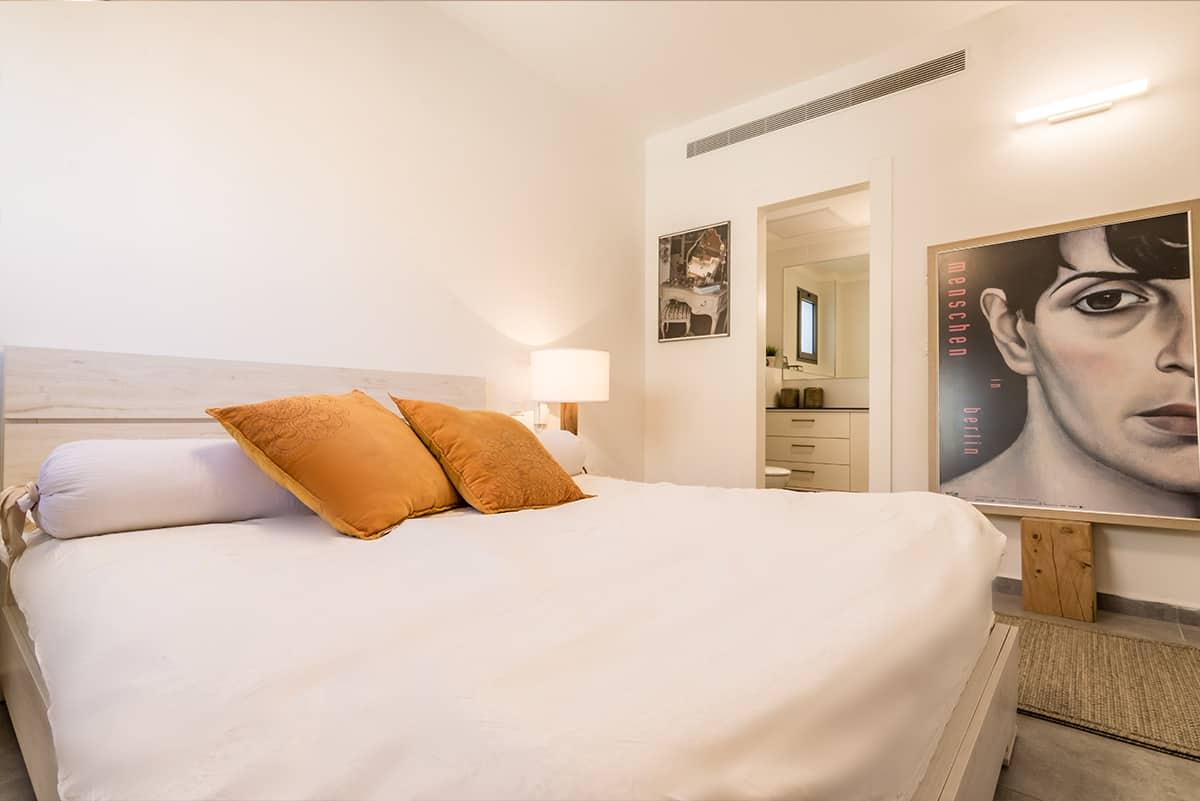 תמונה דרמטית בחדר שינה בצבעים בהירים - שירית דרמן מעצבת פנים ויועצת תאורה