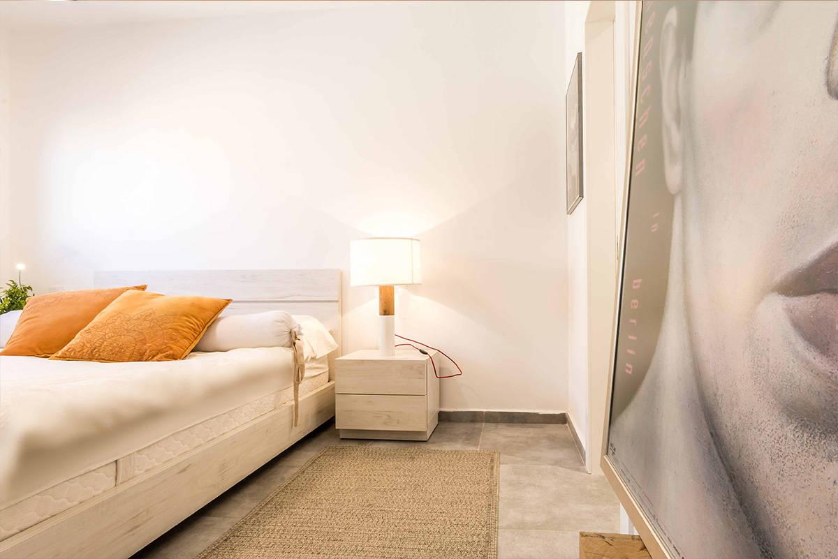 שידת לילה ושטיח חבלים קלוע בחדר שינה בכפר סבא הירוקה - שירית דרמן מעצבת פנים