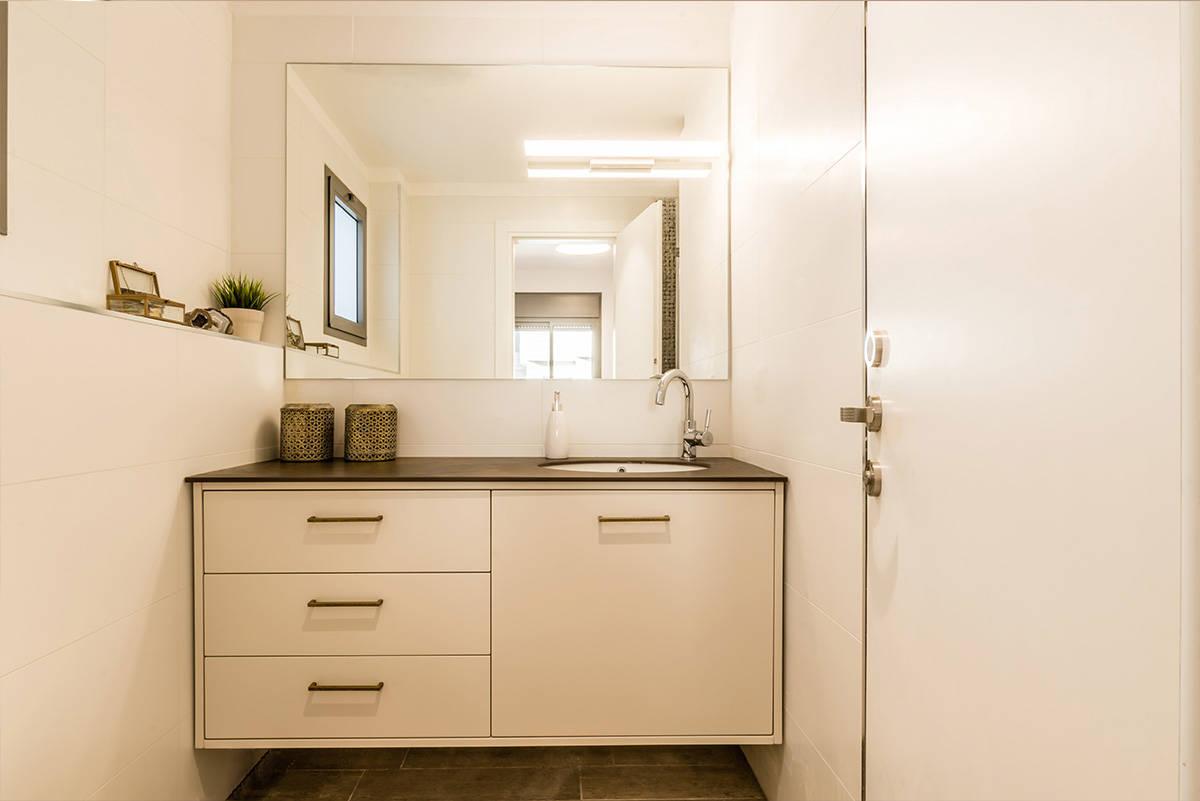 נגרות מרחפת בחדר רחצה בדירה בכפר סבא הירוקה - שירית דרמן מעצבת פנים
