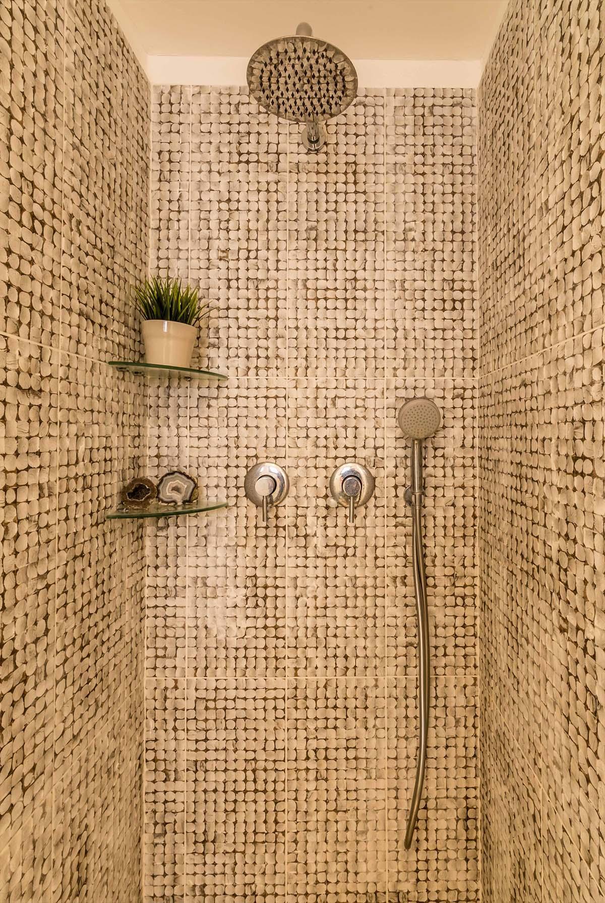 מקלחון חדר רחצה מחופה באריחי