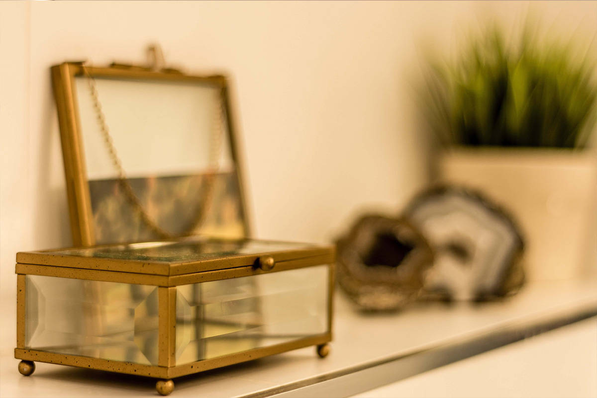 תיבת זכוכית דקורטיבית בדירה בכפר סבא הירוקה - שירית דרמן מעצבת פנים