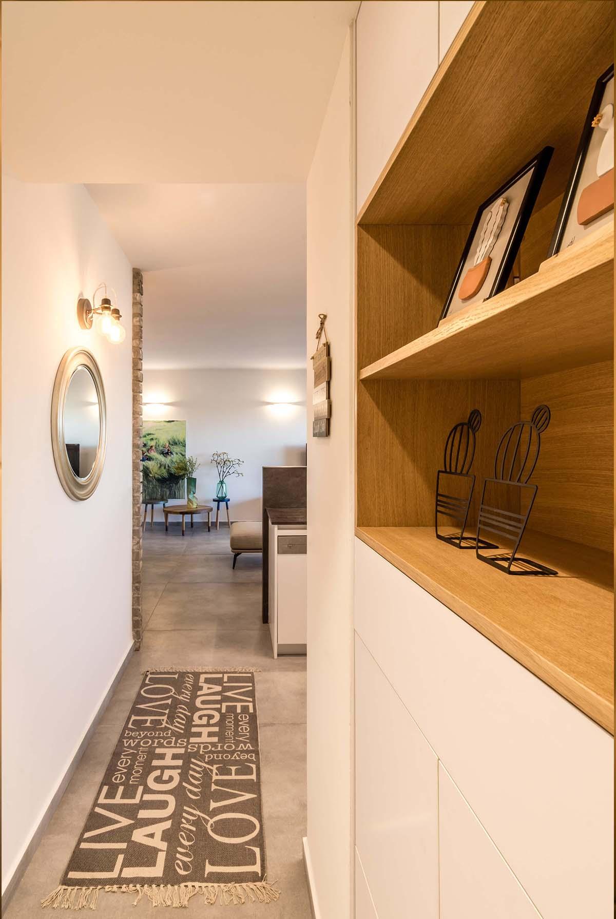 נגרות עץ ושטיח במסדרון דירה בכפר סבא הירוקה - שירית דרמן מעצבת פנים