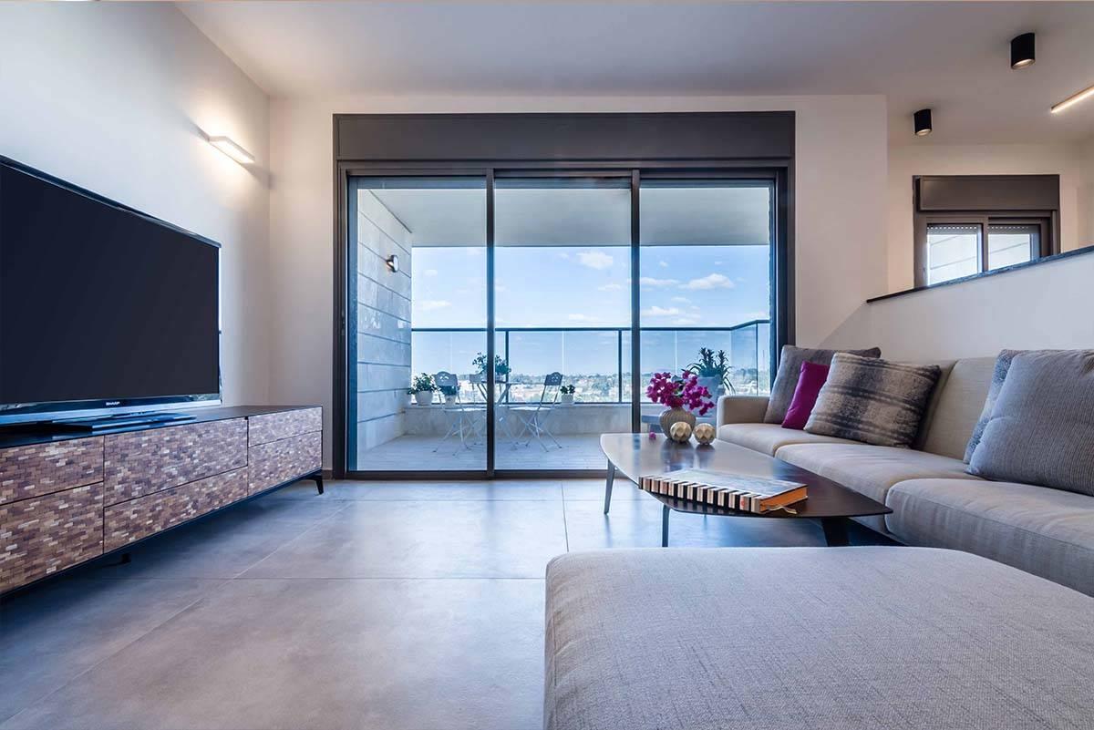 מבט פנורמי לסלון בדירה בכפר סבא הירוקה - שירית דרמן עיצוב פנים