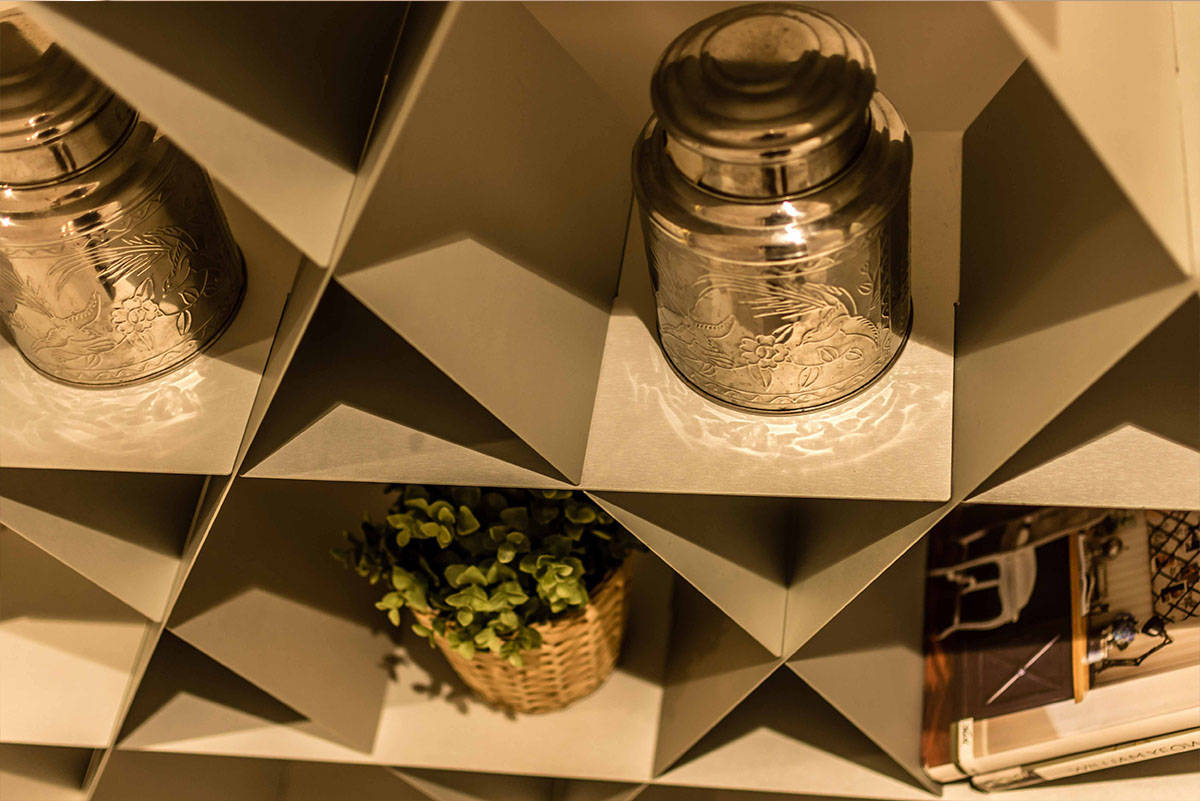 כוורת מתכת אפורה עם פרטי נוי בדירה בכפר סבא הירוקה - שירית דרמן מעצבת פנים