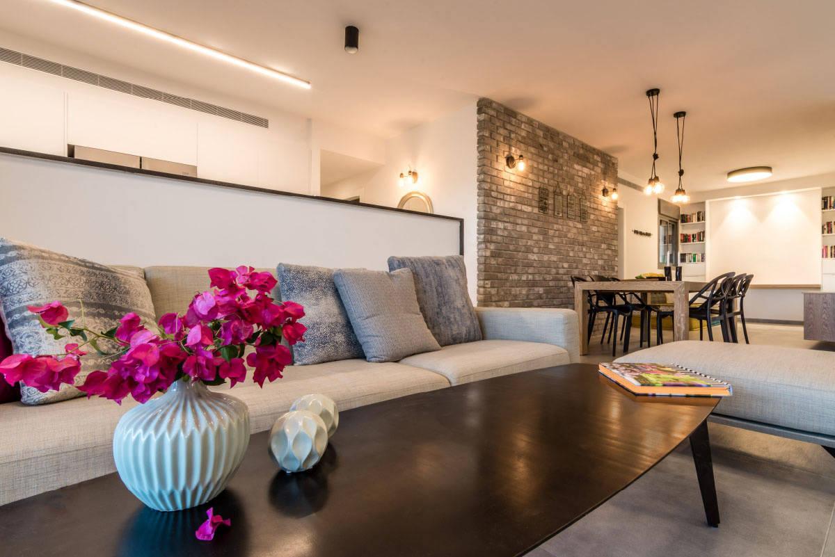 שולחן ברזל וקיר בריקים אפור בדירה בכפר סבא הירוקה - שירית דרמן מעצבת פנים