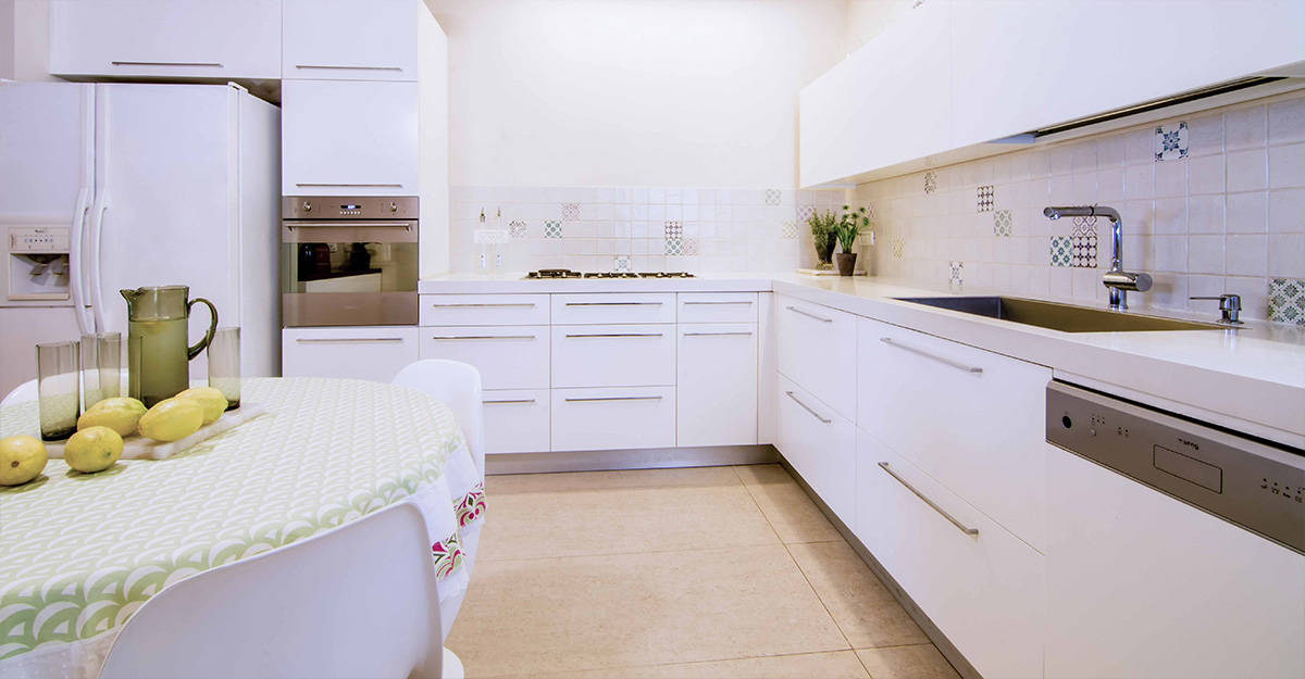 מטבח לבן בדירה ברעננה עם אריחים מרובעים לבנים ומצוירים, עיצוב ותכנון שירית דרמן מעצבת פנים