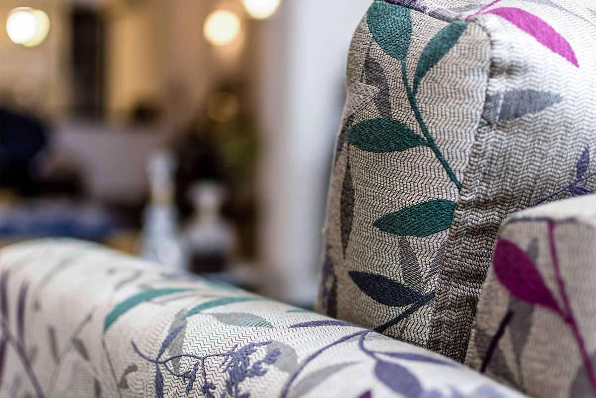 אריג צבעוני ברקמה יפנית עדינה על ספה בסלון דירה ברעננה - שירית דרמן מעצבת פנים