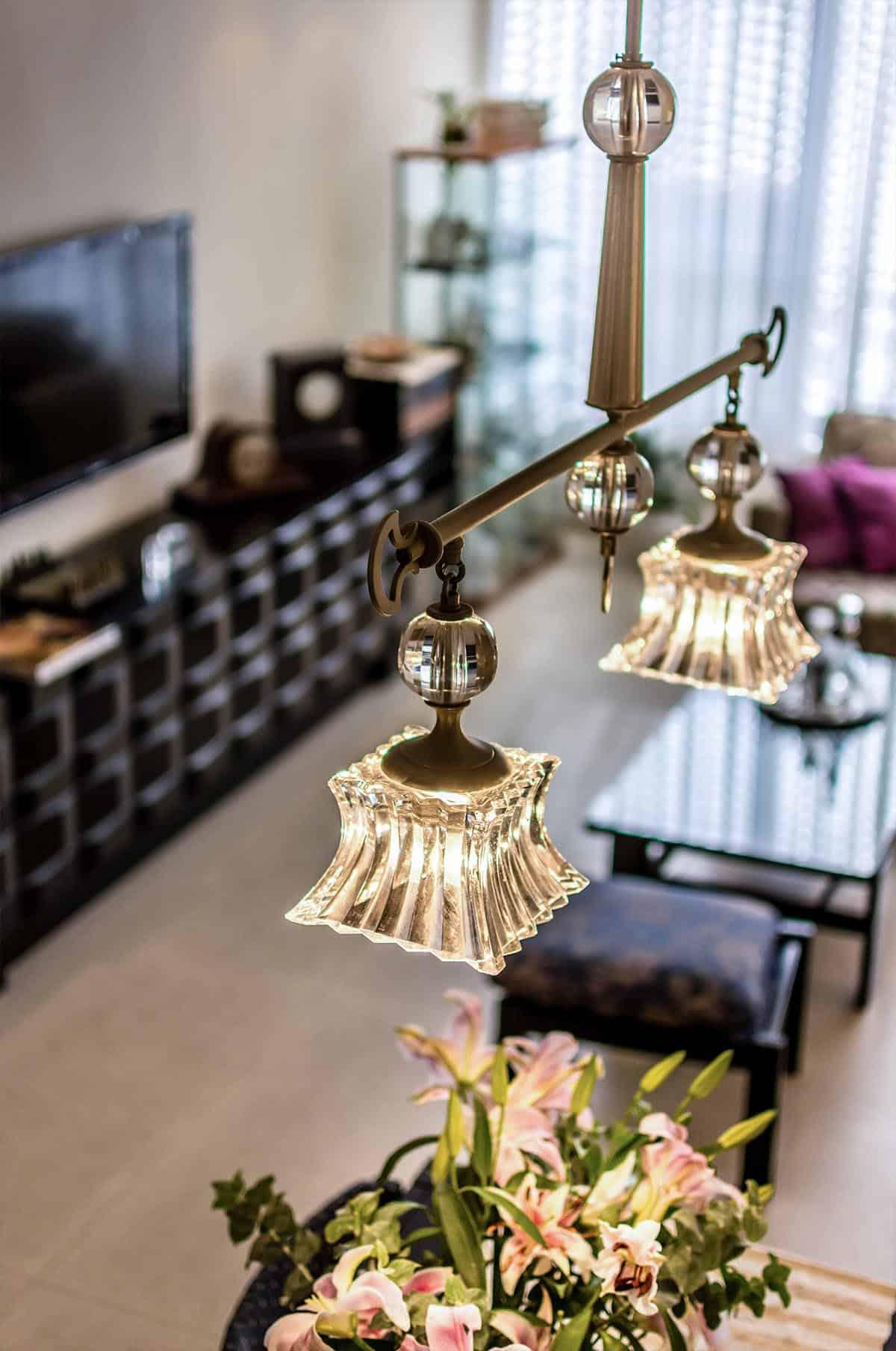 נברשת פינת האוכל בדירה ברעננה העשויה ניקל וקריסטל צ'כי, שירית דרמן עיצוב פנים וייעוץ תאורה