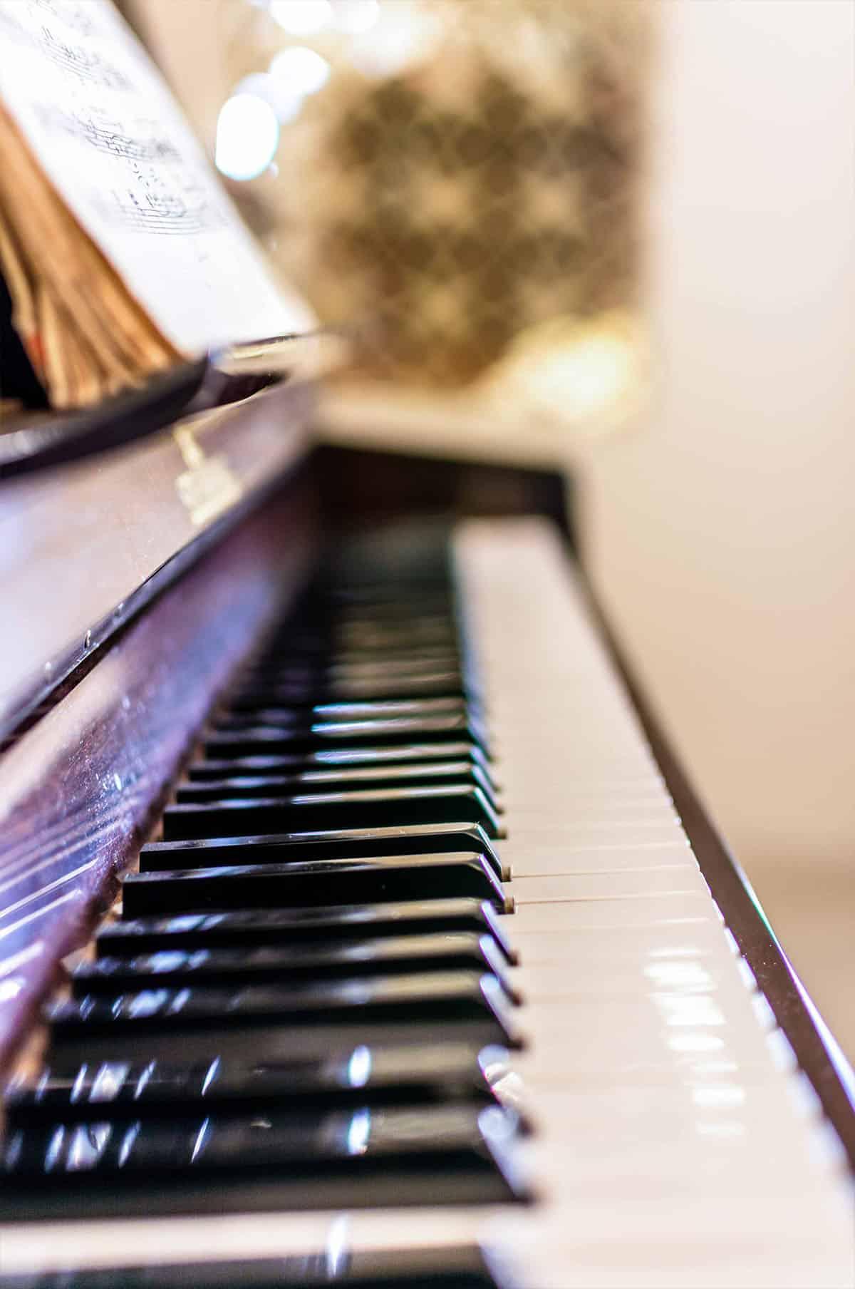 פסנתר בדירה ברעננה על רקע של קיר המשרביות - שירית דרמן מעצבת פנים