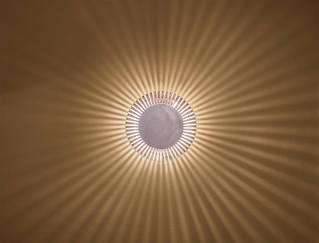 גוף תאורה המייצר הילה עגולה של אור בדירה ברעננה- של שירית דרמן מעצבת פנים ויועצת תאורה