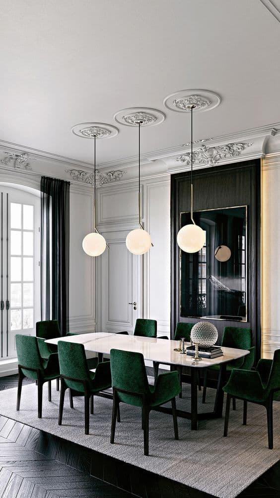 שלושה גופי תאורה עגולים מאירים את שולחן האוכל - חדר משלך, בלוג עיצוב פנים של המעצבת שירית דרמן