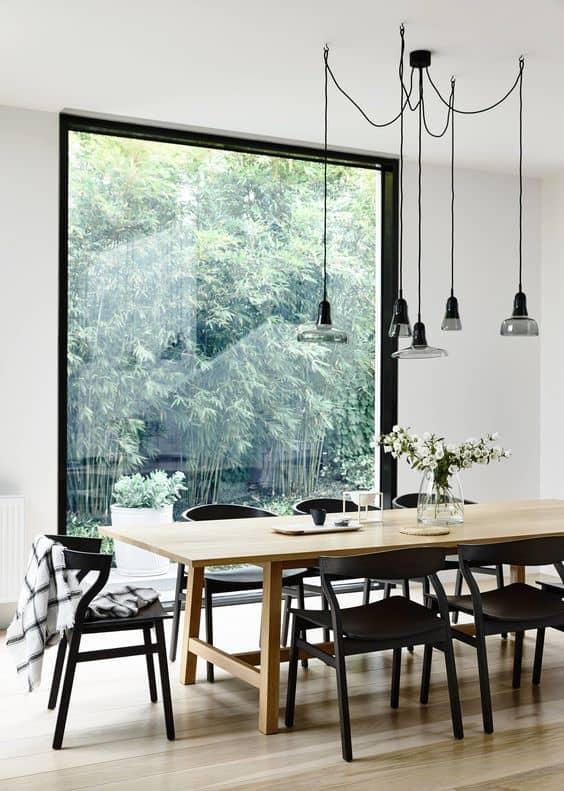 קיר מסך לאורך קיר פינת האוכל, המכניס הביתה הרבה טבע וירוק - חדר משלך, בלוג עיצוב פנים של שירית דרמן