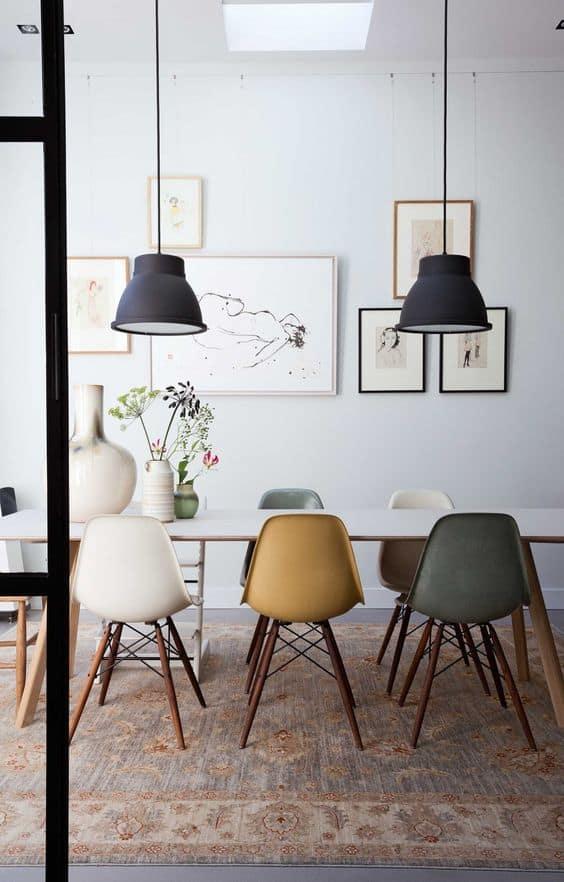כיסאות בצבעים שונים בפינת האוכל, שוברים את המונוטוניות בחלל ומייצרים עניין - חדר משלך, בלוג עיצוב פנים של שירית דרמן