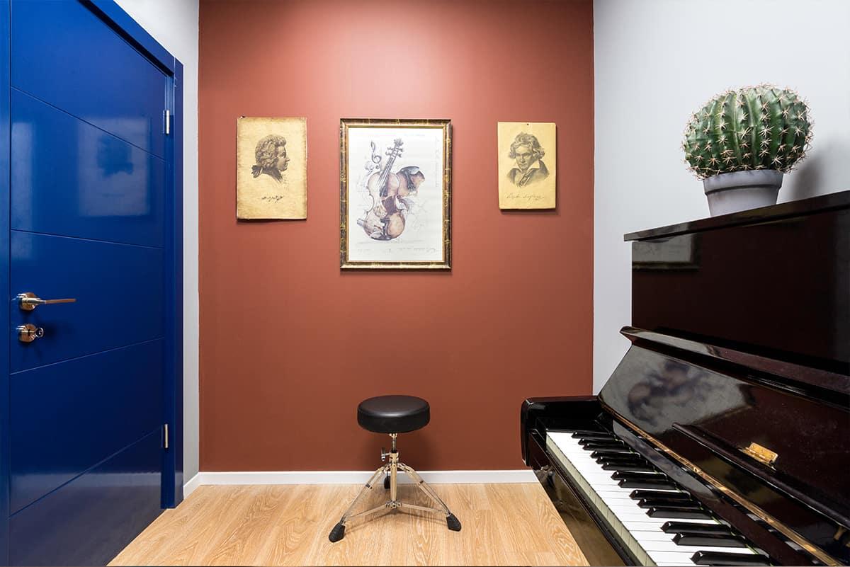 צבעים רוויים בחדר שירה ופיתוח קול בבית ספר למוסיקה בתכנונה של מעצבת הפנים שירית דרמןב