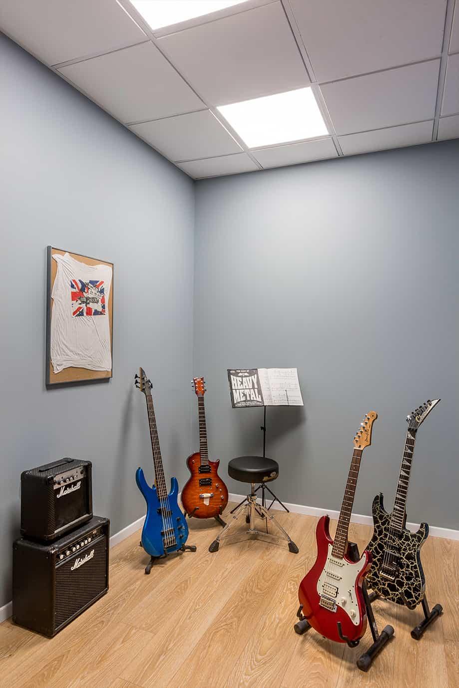 חדר גיטרות בבית ספר למוסיקה - תכנון ועיצוב שירית דרמן