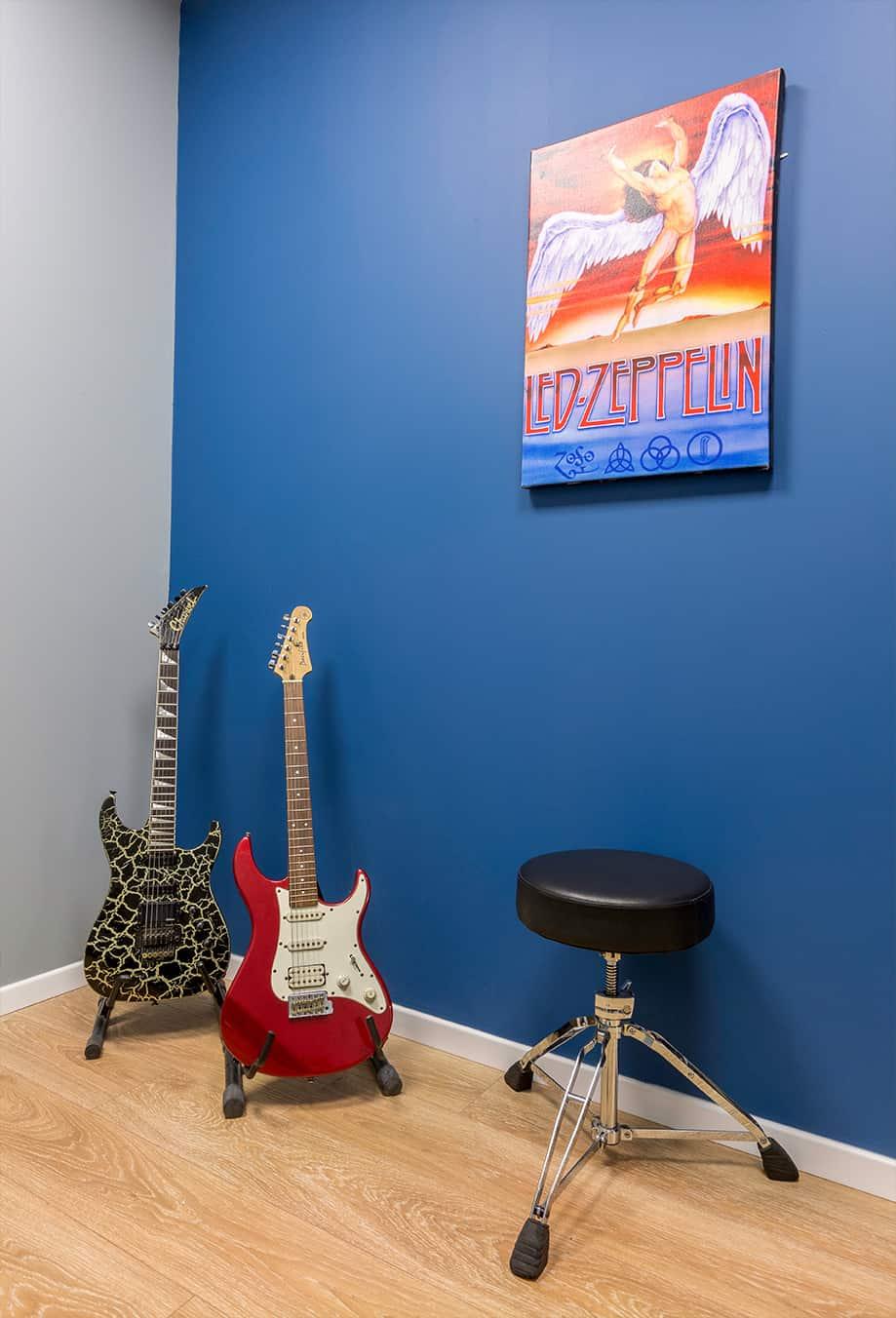 חדר לימוד שיעורי גיטרה - שירית דרמן מעצבת פנים