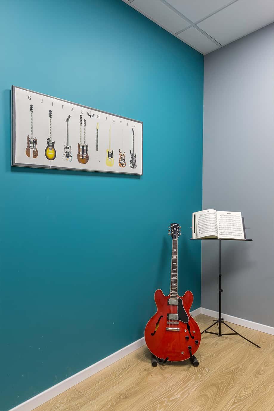 חדר ללימוד שיעורי גיטרה - בית ספר למוסיקה - שירית דרמן מעצבת פניפ