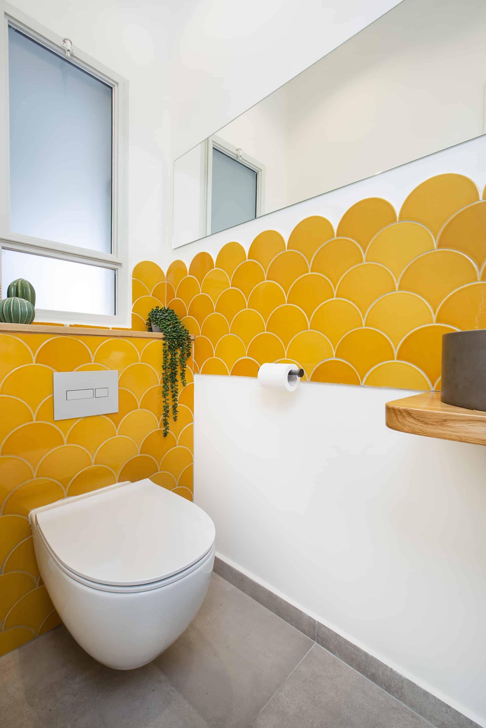 שירותי אורחים בחיפוי אריחי קיר בצורת מניפות צהובות (fish scale tiles) - שיפוץ של בית פרטי בקדימה, שירית דרמן מעצבת פנים