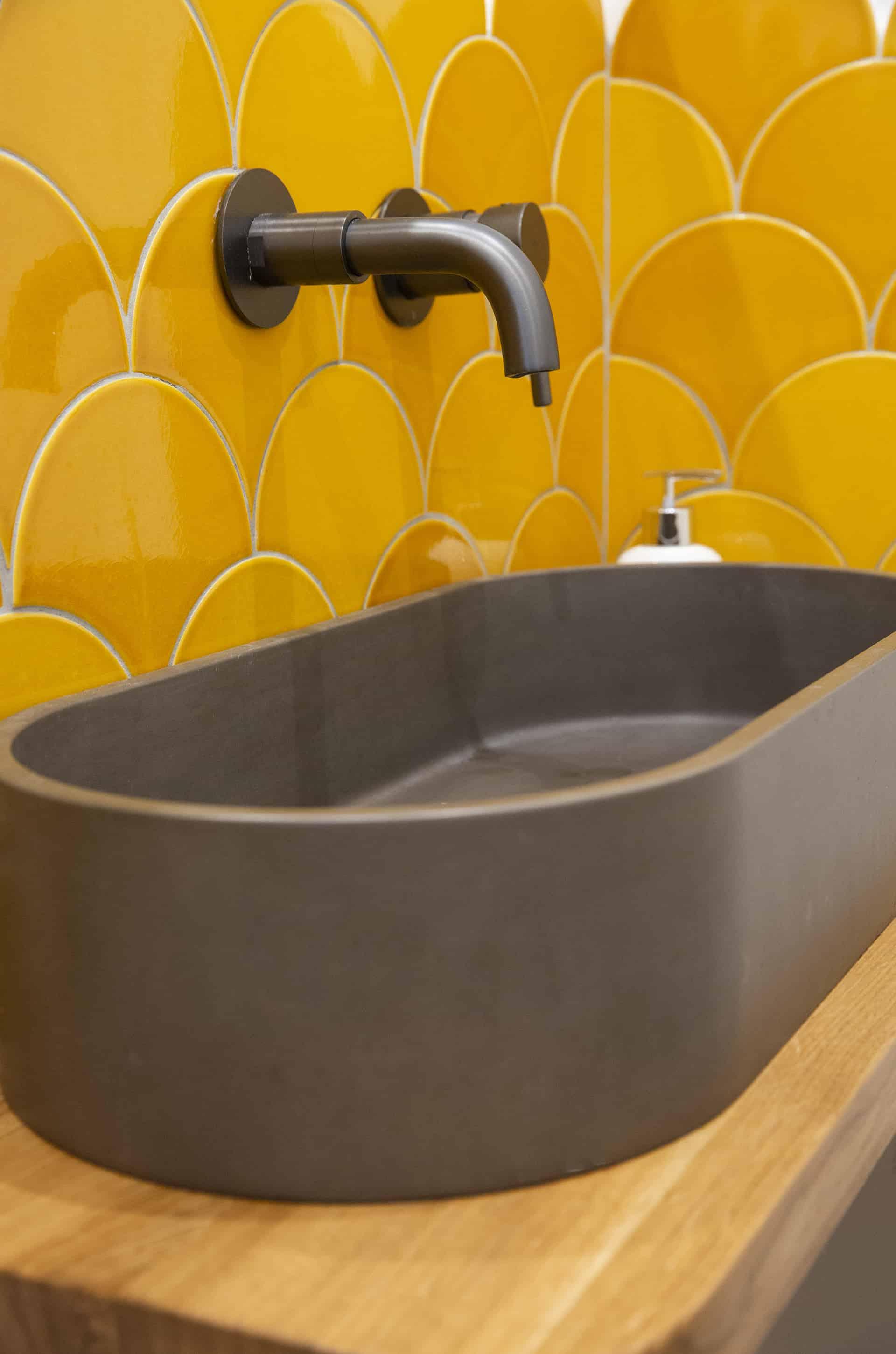 כיור בטון ואריחי קיר בצורת מניפות צהובות (fish scale tiles) - שיפוץ של בית פרטי בקדימה, שירית דרמן מעצבת פנים